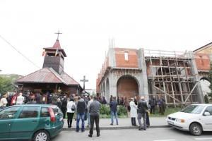 Biserica în ziua hramului şi noua biserică în construcţie