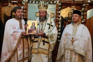 PS Justin Sigheteanul a primit cadou de la preotul paroh Gavril Gavriş o icoană a Sfintei Parascheva
