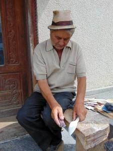 Toaderu' Bârsănoaiei sculptând