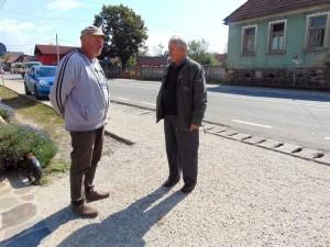 Viorel Gaje şi Octavian Cerneştean, doi dintre localnicii revoltaţi de starea lucrărilor