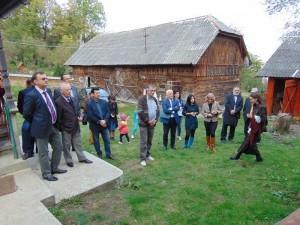Participanţi la eveniment, în curtea scriitorului Gheorghe Pârja