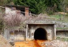 Galerie de mină din care se scurg ape uzate