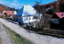 Case amplasate sub nivelul drumului principal