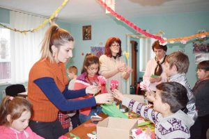 Directorul Centrului Cultural a confecţionat flori împreună cu copiii