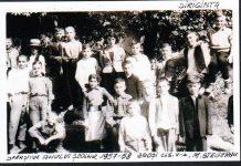Sfârşitul anului şcolar 1957-1958, Groşi, clasa a V-a, Maria Stegeran, diriginte