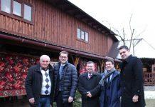 Ion Botoş, ambasadorul României la Kiev, consulul român la Solotvino și alţi oficiali români, la Muzeul din Apşa