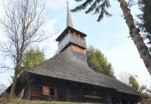Biserica din Călinești Căeni, așa cum se înfățișează spre intrarea principală în incintă