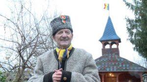 Nicolae Sabău în curtea casei sale din Cicârlău