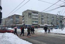 În Baia Mare, stratul de zăpadă măsoară 30 cm și le dă de furcă drumarilor și cetățenilor