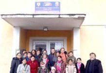 Grupul de elevi şi cadre didactice din Cupşeni; în dreapta pr. Gheorghe Cucu
