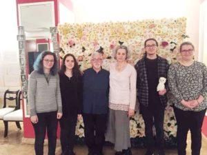 """Trupa de teatru francofon a Colegiului """"Mihai Eminescu"""", alături de prof. Nicolae Weisz şi actriţa Maia Morgenstern"""