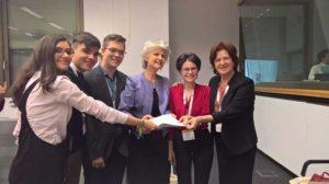 Cei patru Ambasadori Junior la UE, alături de Anna Maria Corazza Bildt - coordonatoarea Parlamentului European pentru drepturile copiilor şi Gabriela Coman - preşedintele Autorităţii Naţionale pentru Protecţia Drepturilor Copilului şi Adopţie
