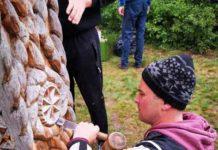 Poarta a fost reabilitată de meşteri din Valea Stejarului