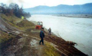 Lucrări pe râul Tisa, în zona frontului de captare