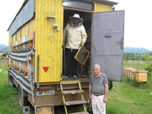 Andrei şi Victor Ianc, în stupina mobilă