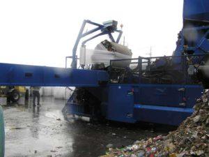 Brațul robotic înfoliază gunoiul într-o folie specială