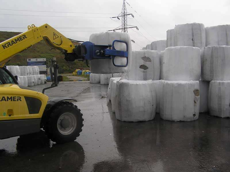 Un balot de gunoi cîntărește circa 900 kg