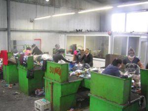Femeile lucrează 8 ore pe zi cu gunoiul nostru sub nas