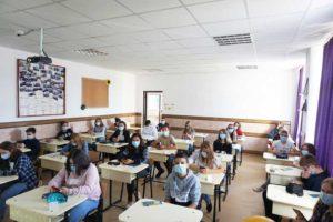 """Elevi de la Colegiul Economic """"Pintea Viteazul"""" Cavnic, în prima zi de școală"""