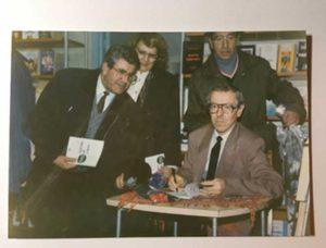 Acordând autografe, la prima sa carte (Punct de trecere interviuri) acum 25 de ani (1995).