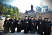 Fotografie istorică: Preasfințitul Părinte Episcop Iustin împreună cu obștea Mănăstirii Rohia la 27 ani de arhierie, 17 aprilie 2021.