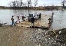 Podul plutitor - singura variantă de a trece cu maşina râul Someş