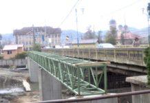 Picioarele de susţinere şi suporţii metalici de lîngă pod