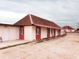 Staţia este amplasată în centrul comunei Ariniş