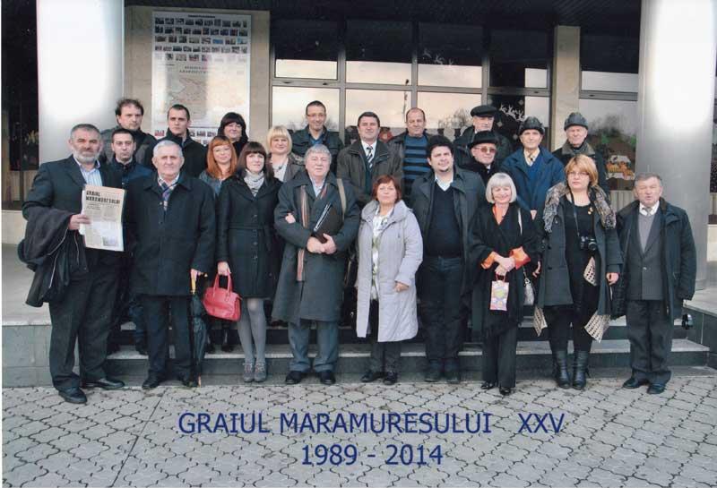 Gheorghe Pârja, alături de colegii din Redacţie, la aniversarea a 25 de ani de la apariţia primului număr al ziarului Graiul Maramureşului, 2014