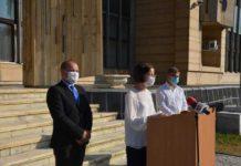 Prof. dr. Anca Costin-Hendea, la conferința de presă, alături de prefectul Nicolae-Silviu Ungur și dr. Rareș Pop, directorul Direcției de Sănătate Publică Maramureș